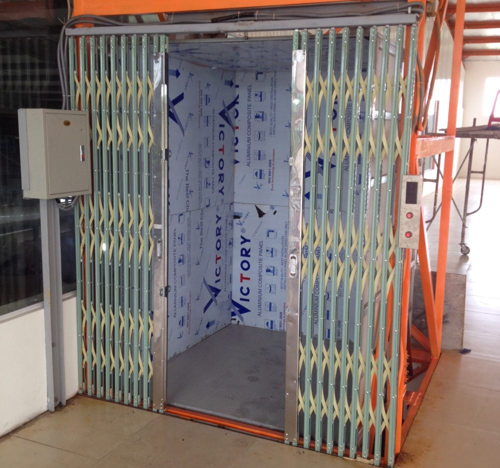 Hình ảnh một chiếc thang máy đang tải hàng hóa vừa mới được lắp đặt