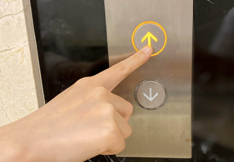 Bảng điều khiển thang máy ngoài cabin chỉ có 2 nút mũi tên lên xuống
